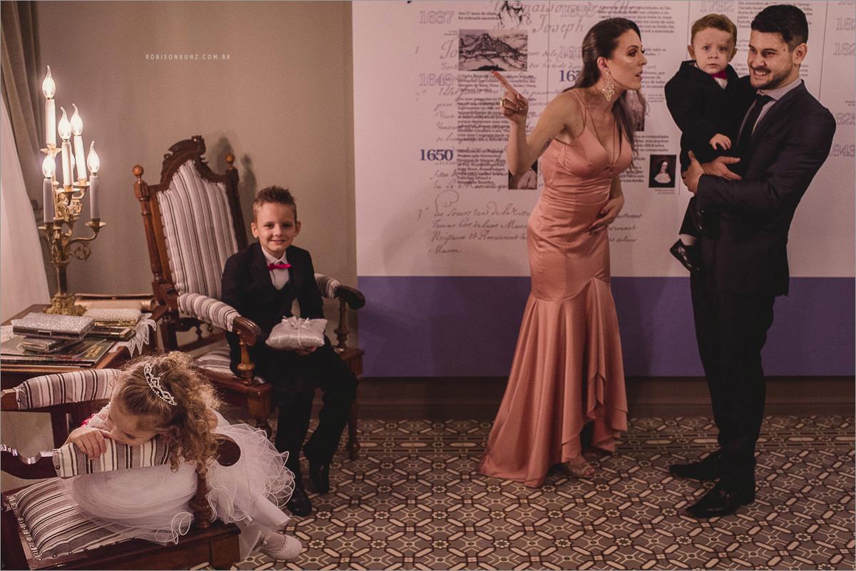 crianças esperando a noiva