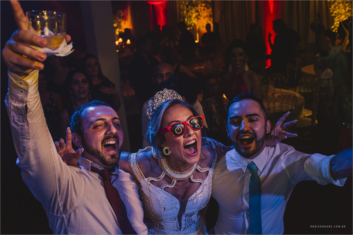 noiva e amigos dançando