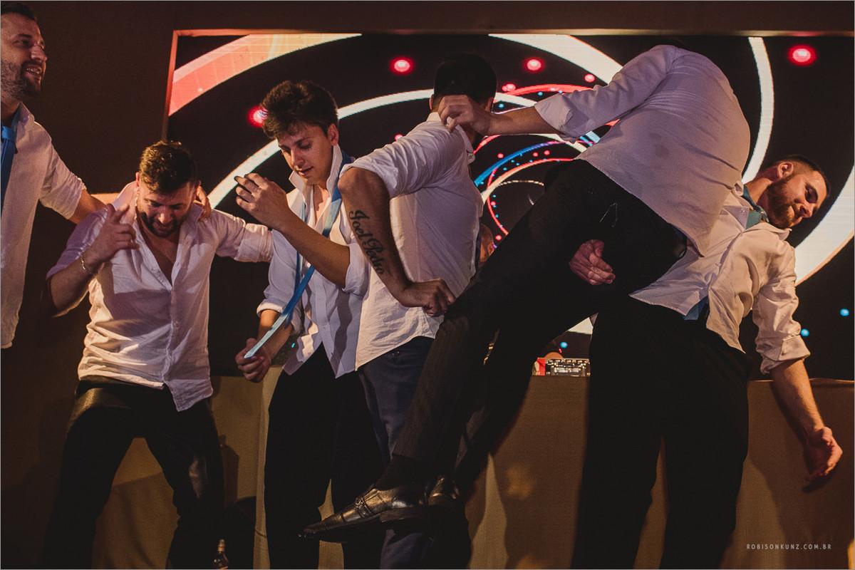 padrinhos dançando no palco