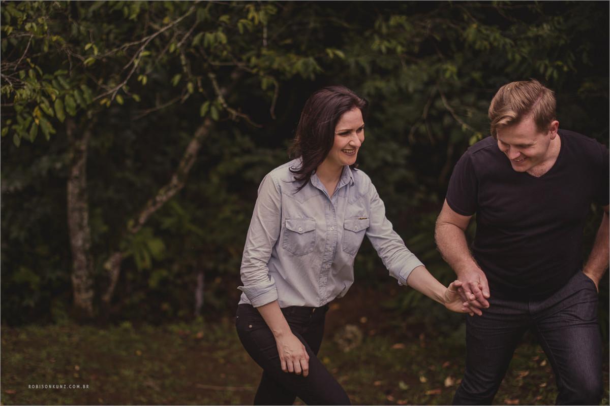 casal caminhando no mato