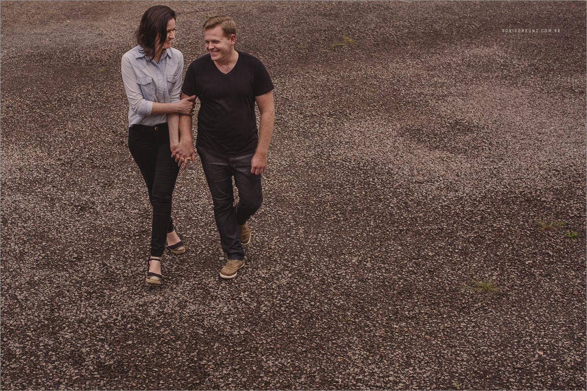 casal caminhando no parque jorge kuhn