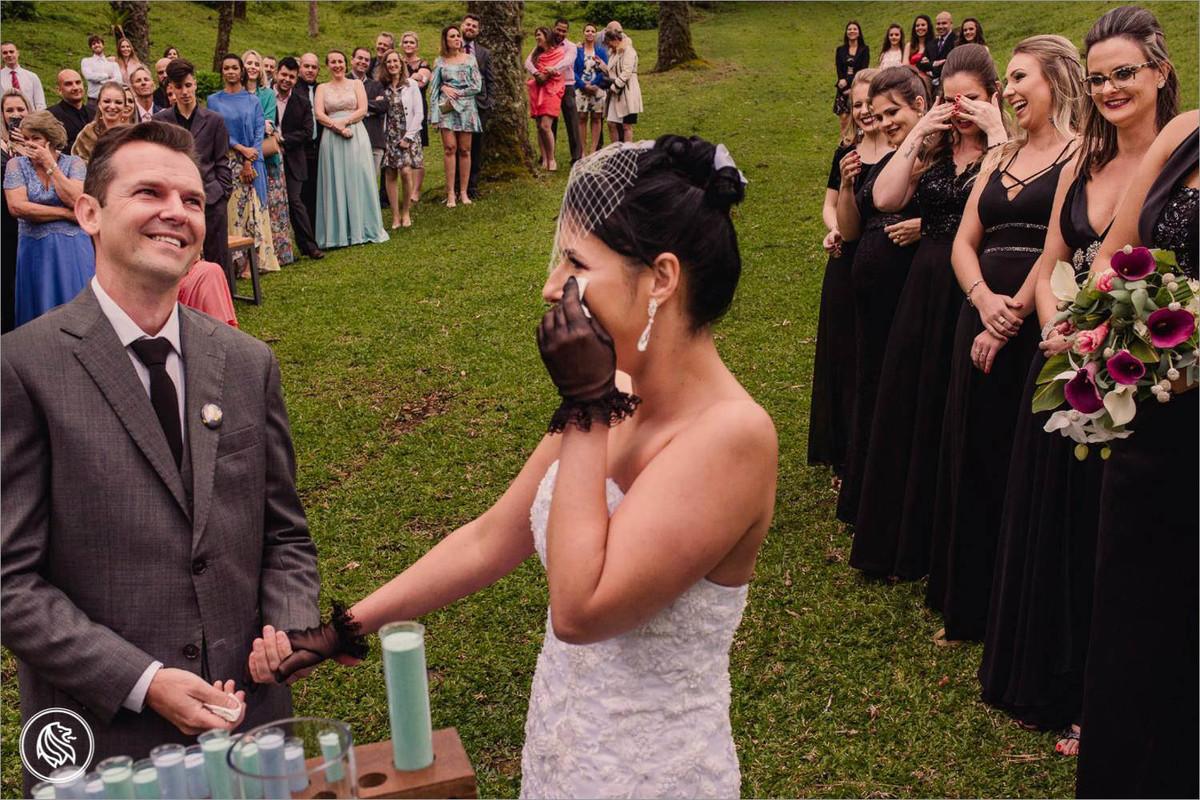 noivos e madrinhas emocionadas no casamento