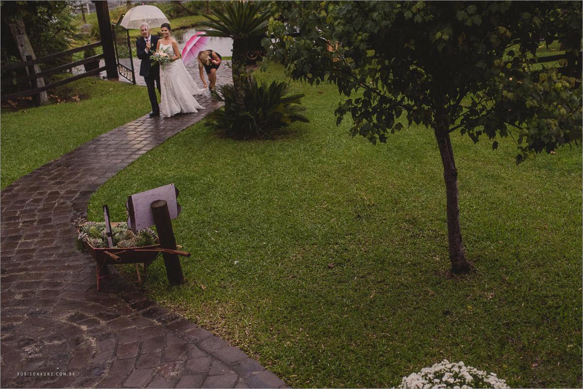 noiva entrando com chuva
