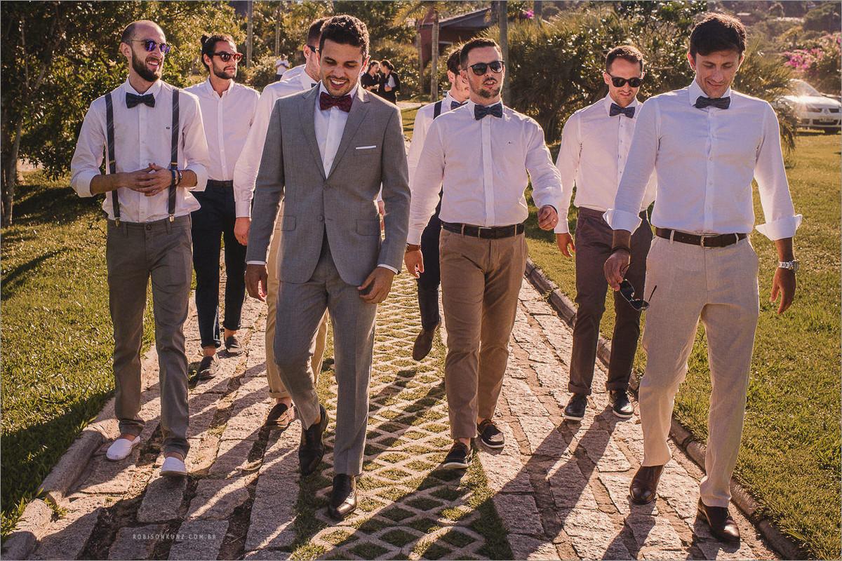 noivo e padrinhos indo para o casamento na praia