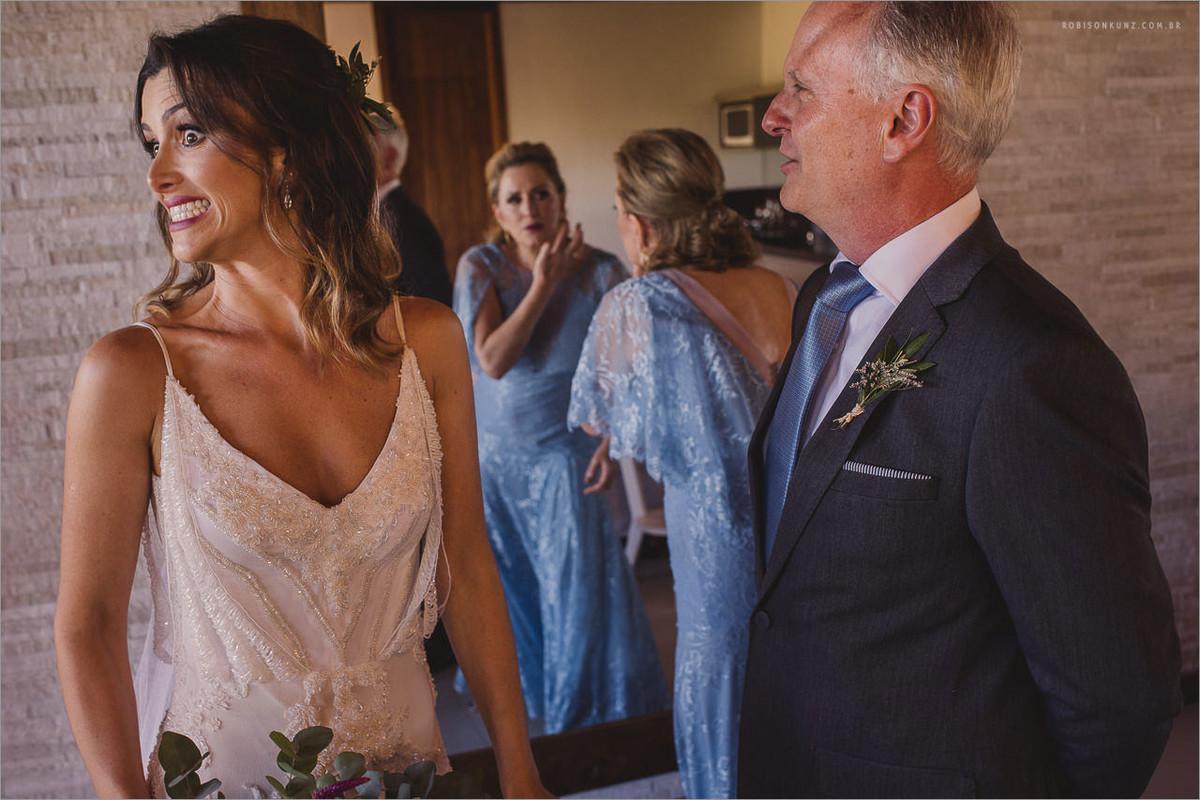 noiva e pais antes de entrar na cerimonia