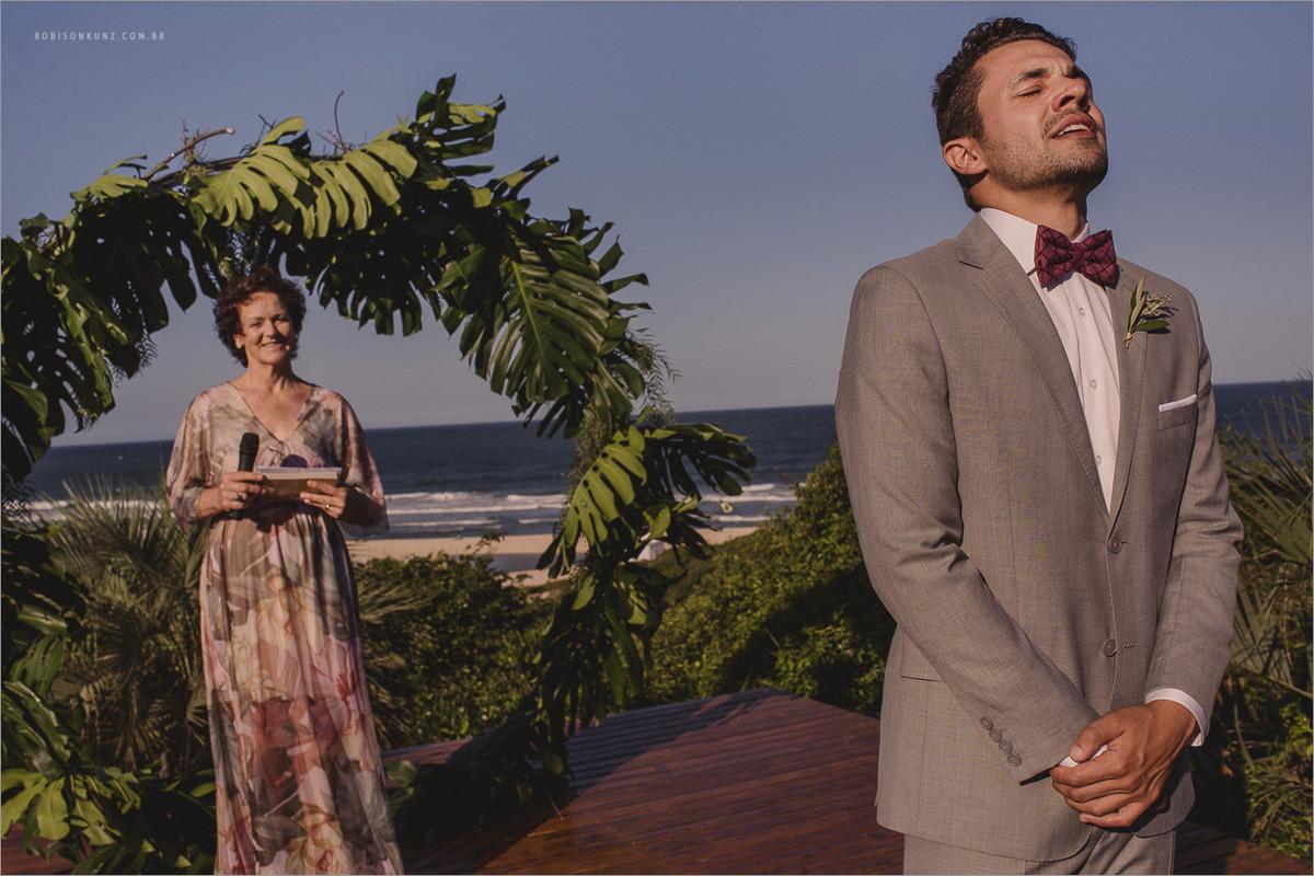 noivo esperando a noiva na prraia