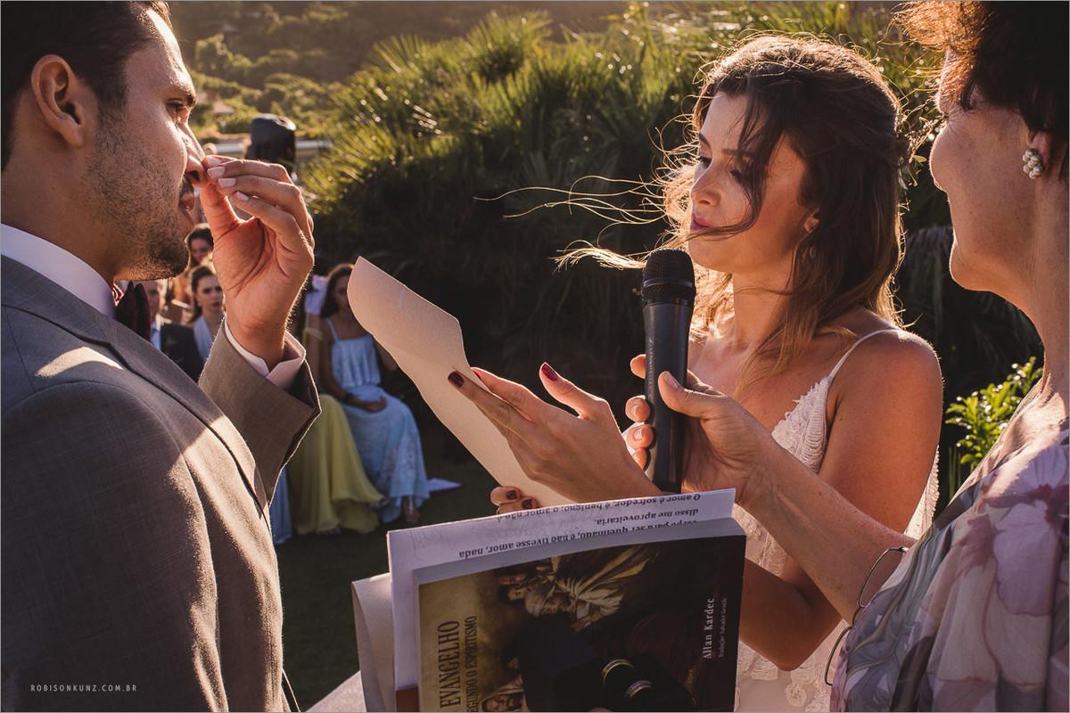 noivos emocionados na troca de votos