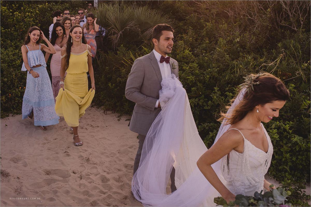 noivos e padrinhos na praia