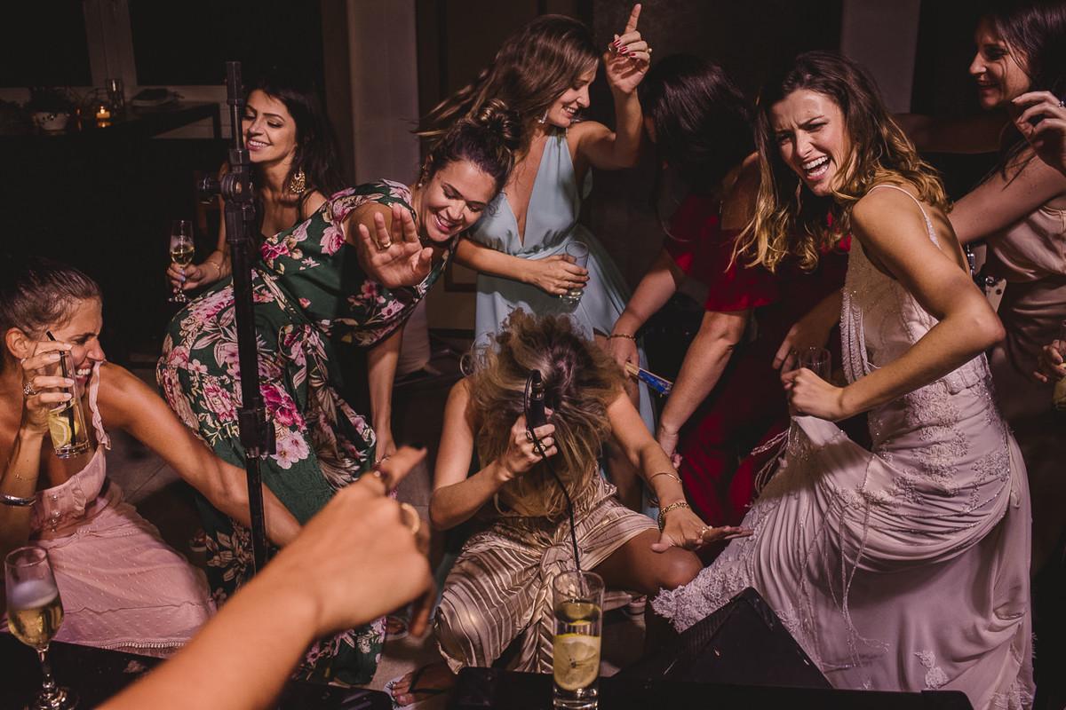 noiva e madirnhas dançando