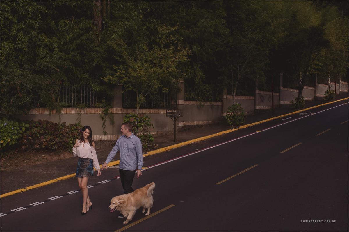 casal passeando com golden