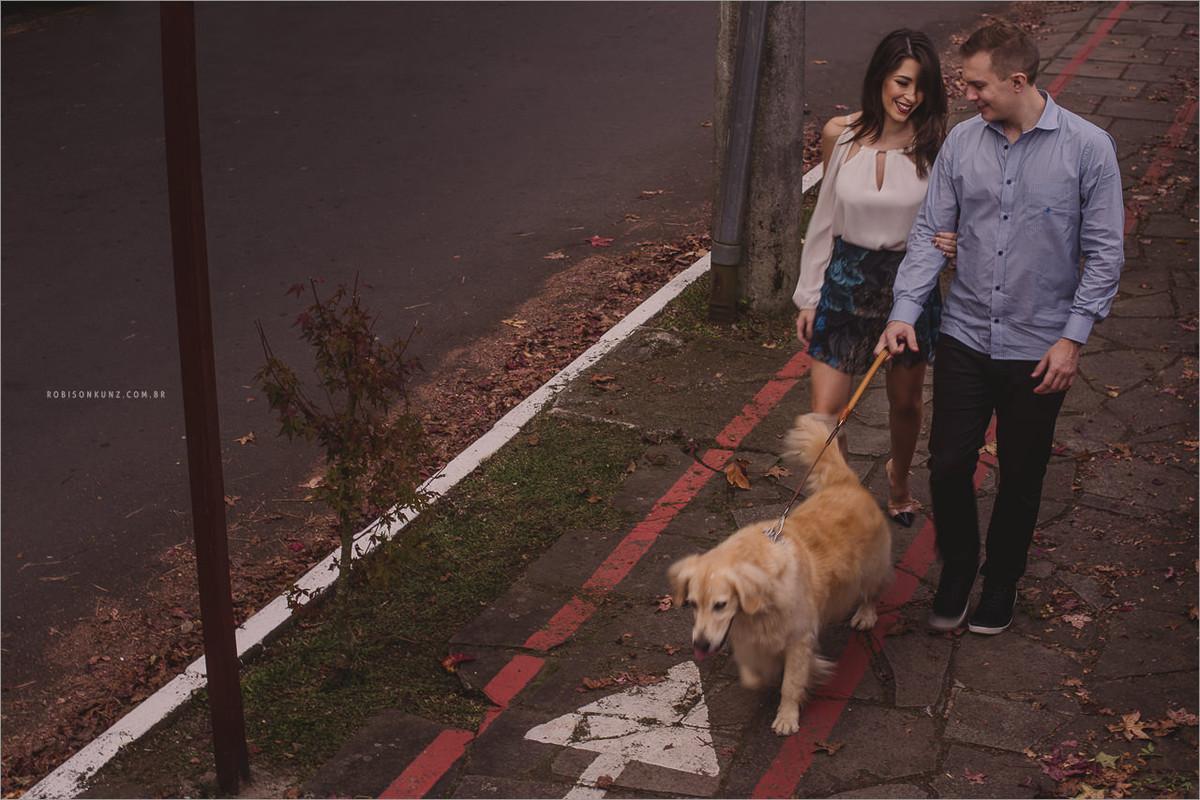 passeando com o cachorro em gramado