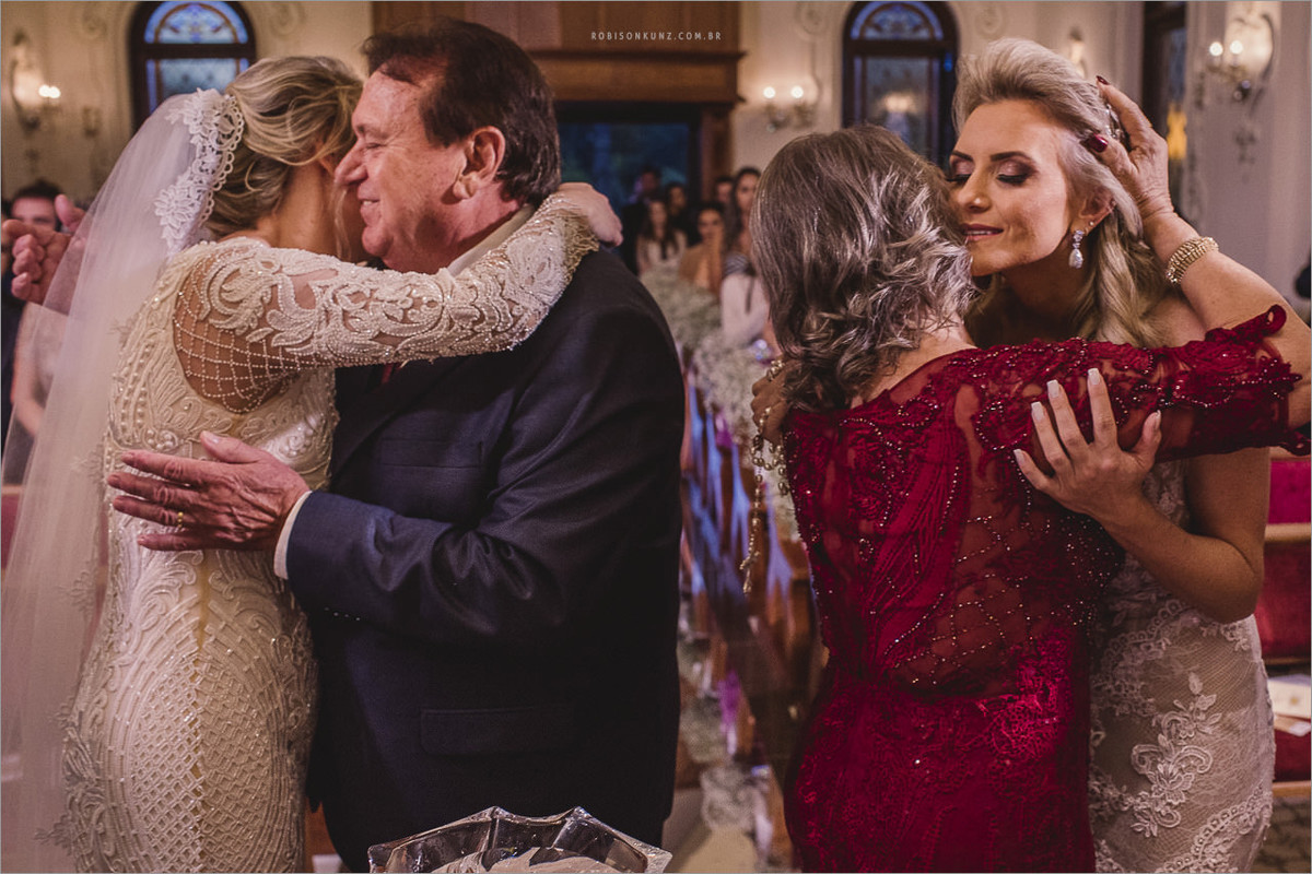 abraço dos pais durante o casamento