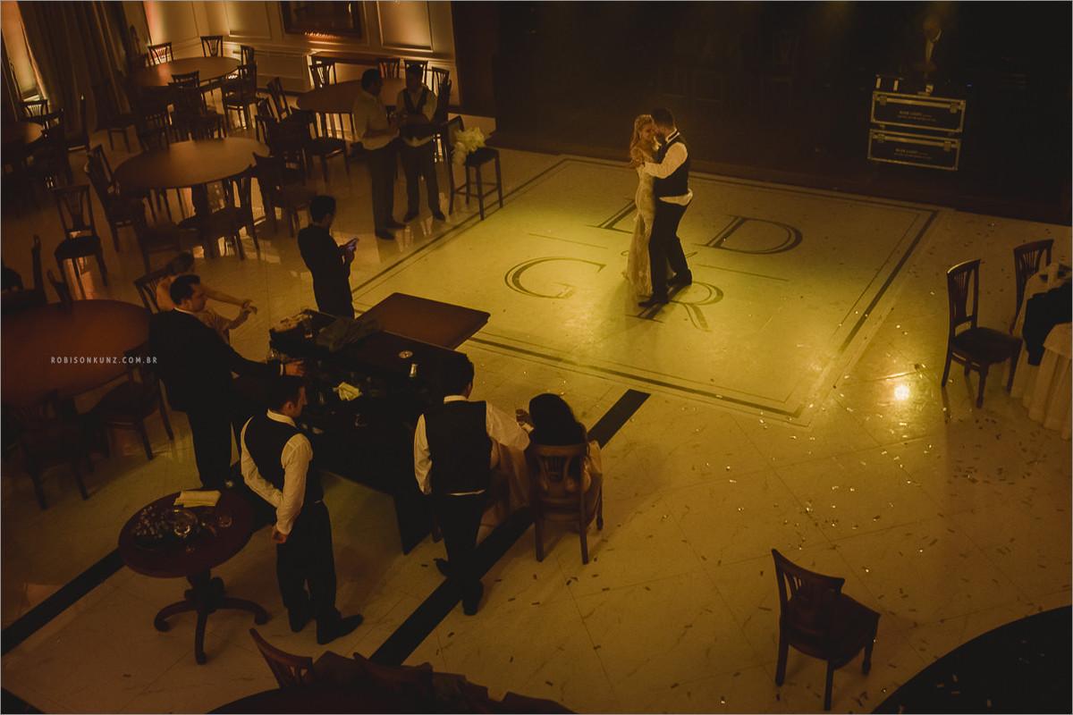 noivos dançando no final do casamento
