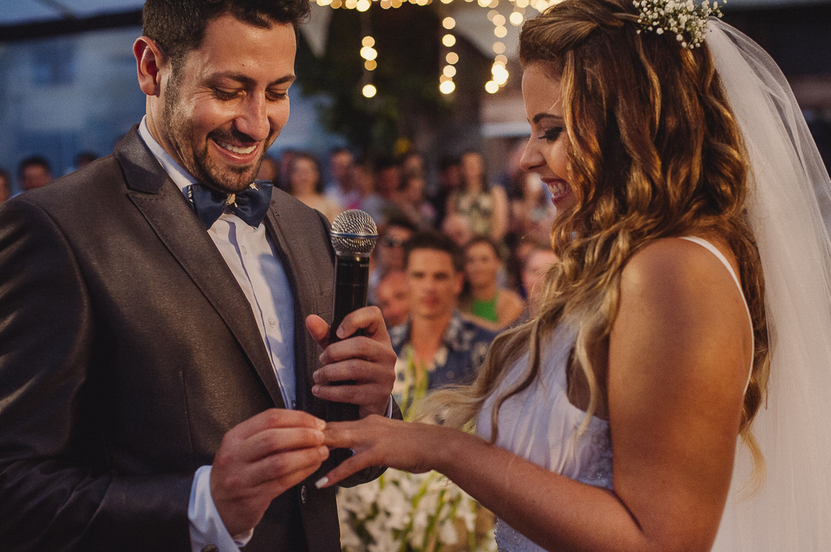 troca de alianças durante o casamento na praia