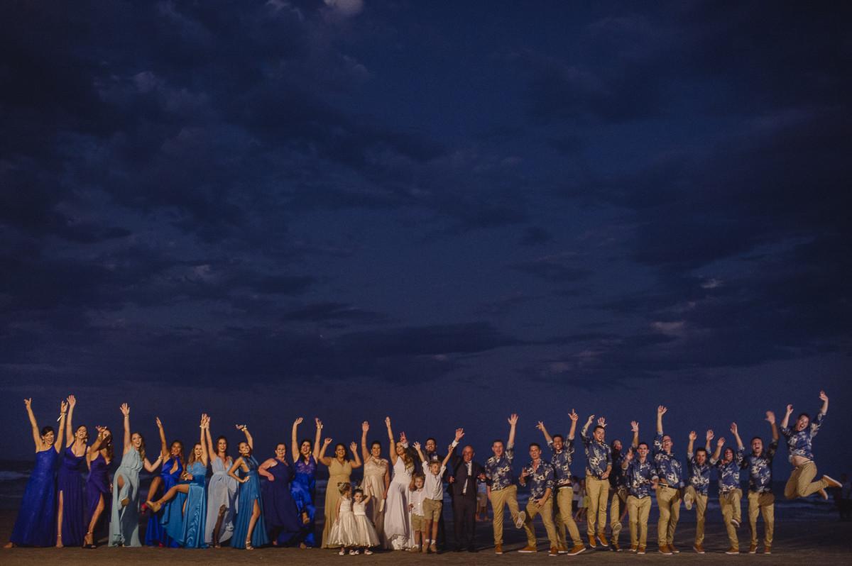 foto dos noivos e padrinhos após o casamento externo na praia, foto dos padrinhos na beira do mar
