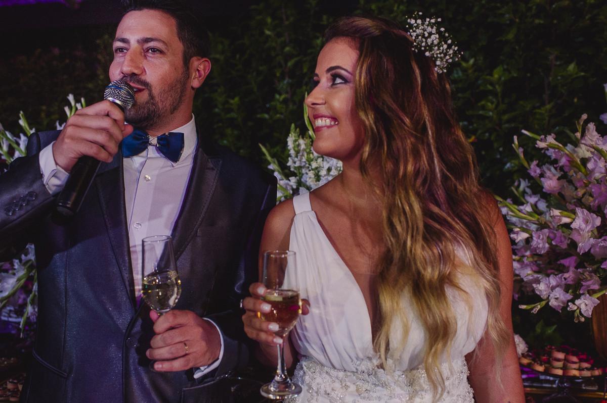 noiva e noivo durante a sua troca de votos no casamento