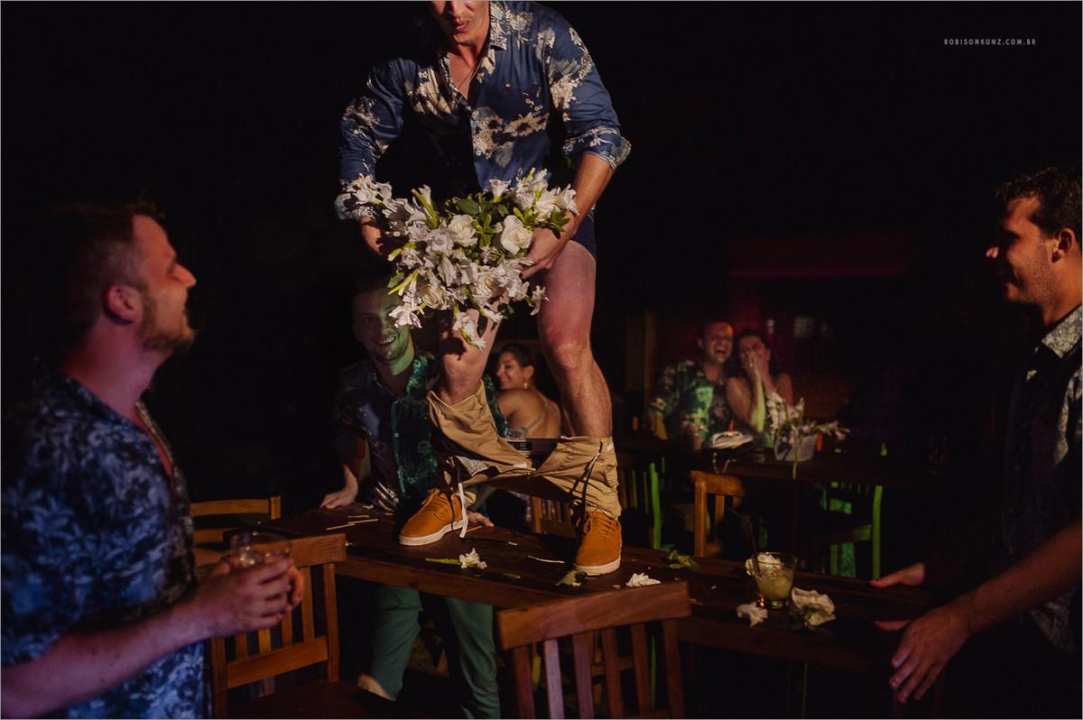 padrinho dançando encima da mesa no casamento