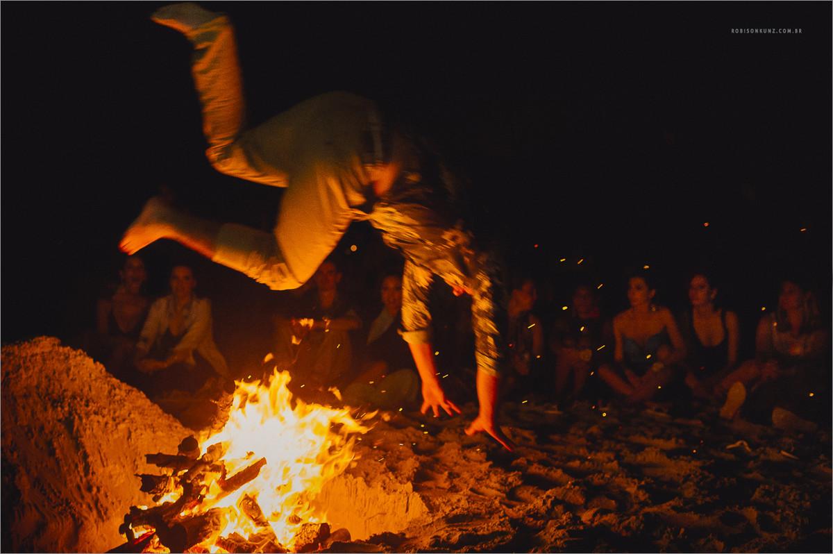 convidados fazendo luau no casamento na praia - luau durante o casamento na praia - casamento na praia - luau na praia