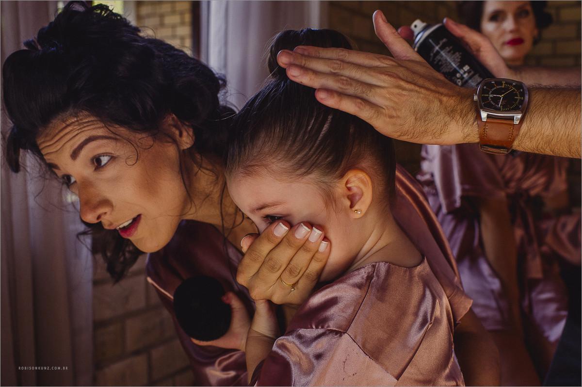 criança no making of da noiva