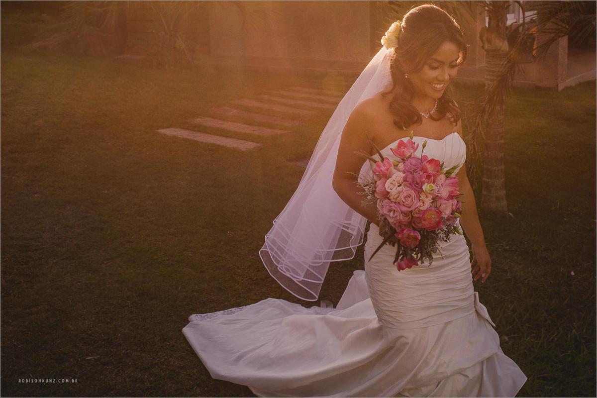 noiva caminhando no por do sol para a cerimonia