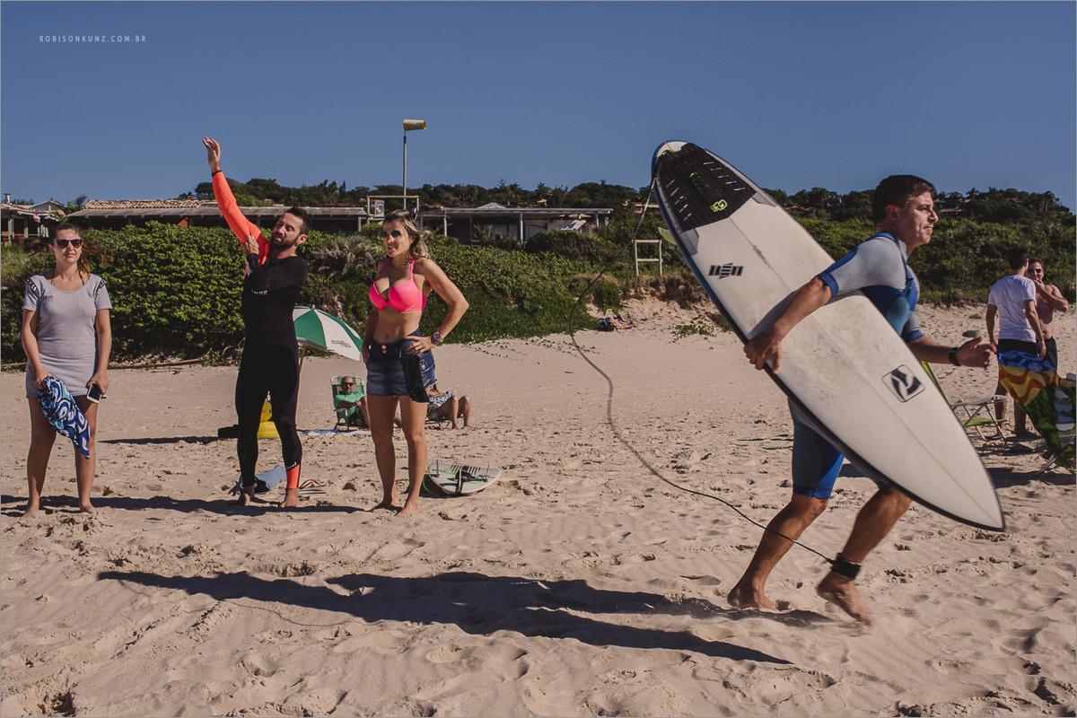 padrinhos indo surfar antes do casamento