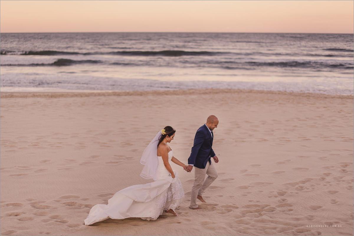 noivos caminhando beira mar