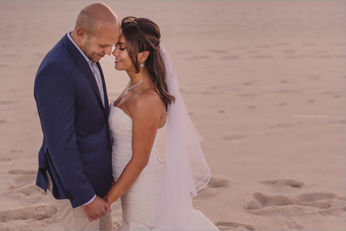 foto dos noivos casamento na praia