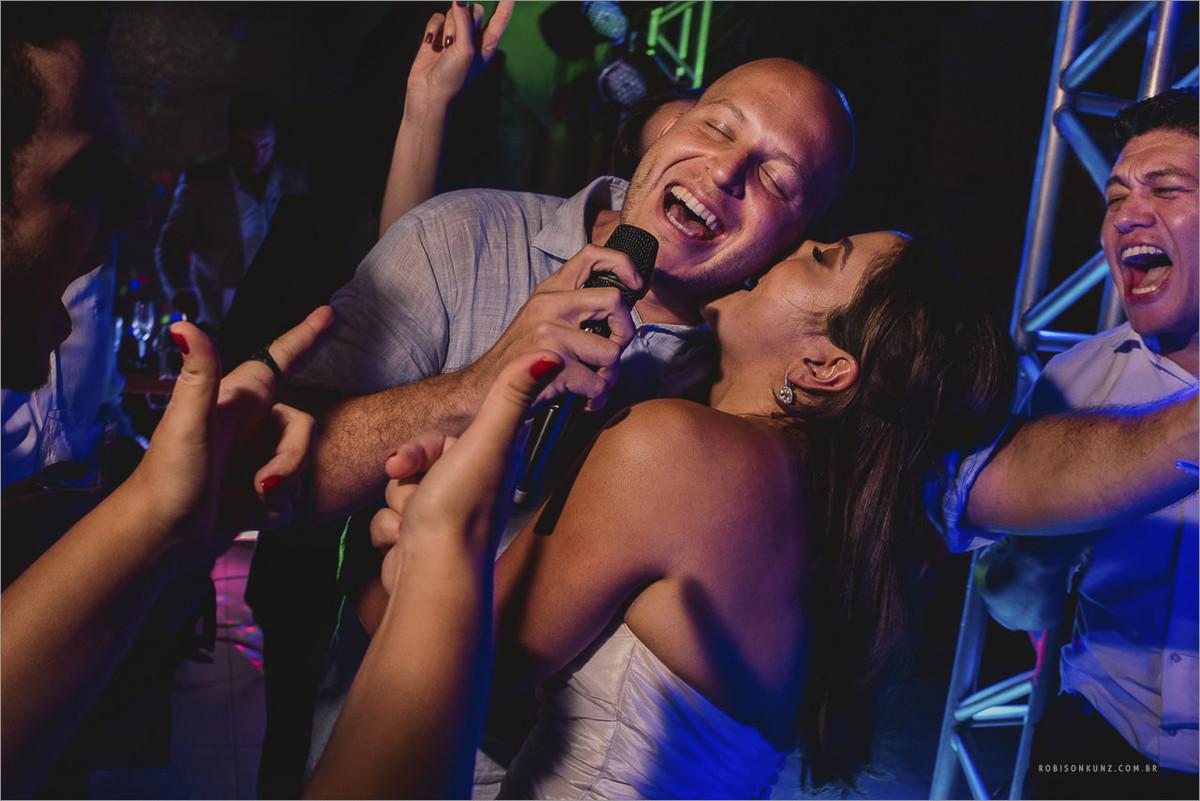 noivos cantando na festa