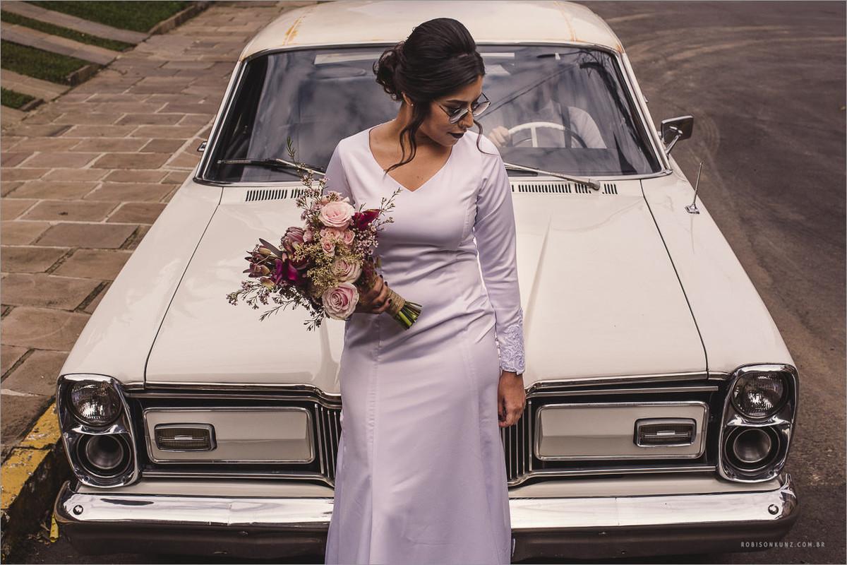 noiva com carro antigo