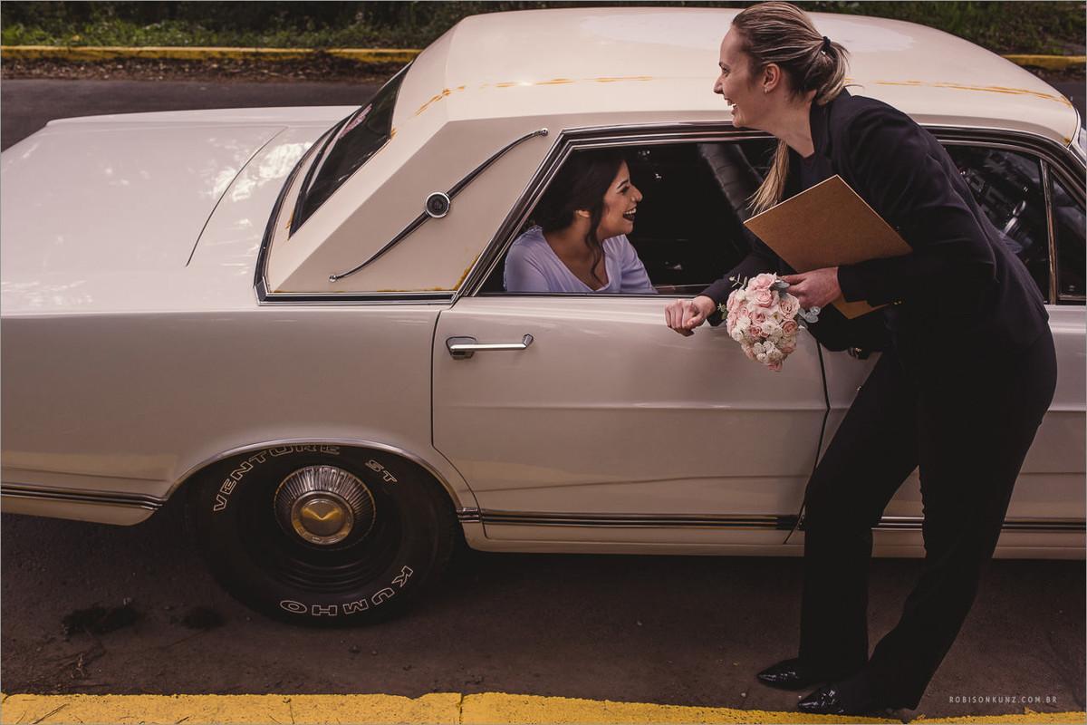 cerimonial recebendo a noiva no carro