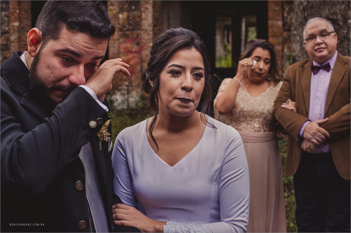 noivos emocionados no casamento