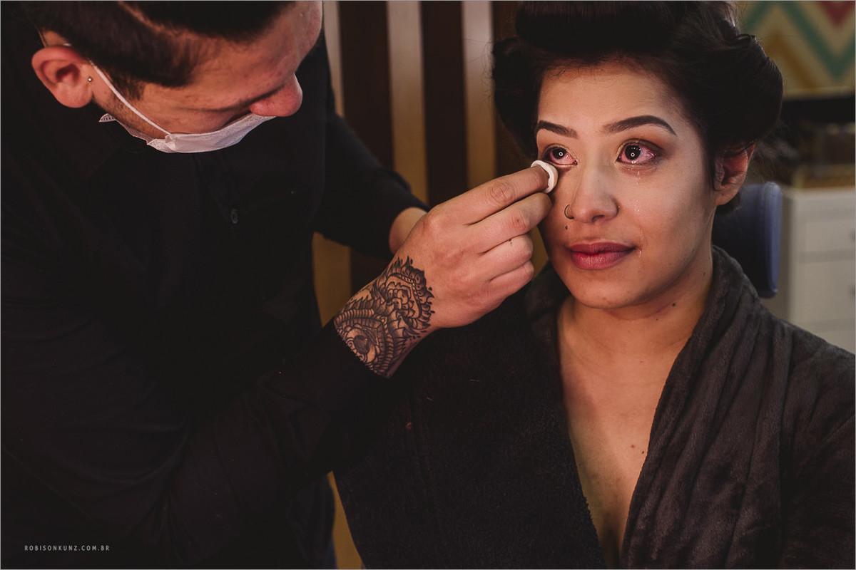 noiva chorando durante a maquiagem