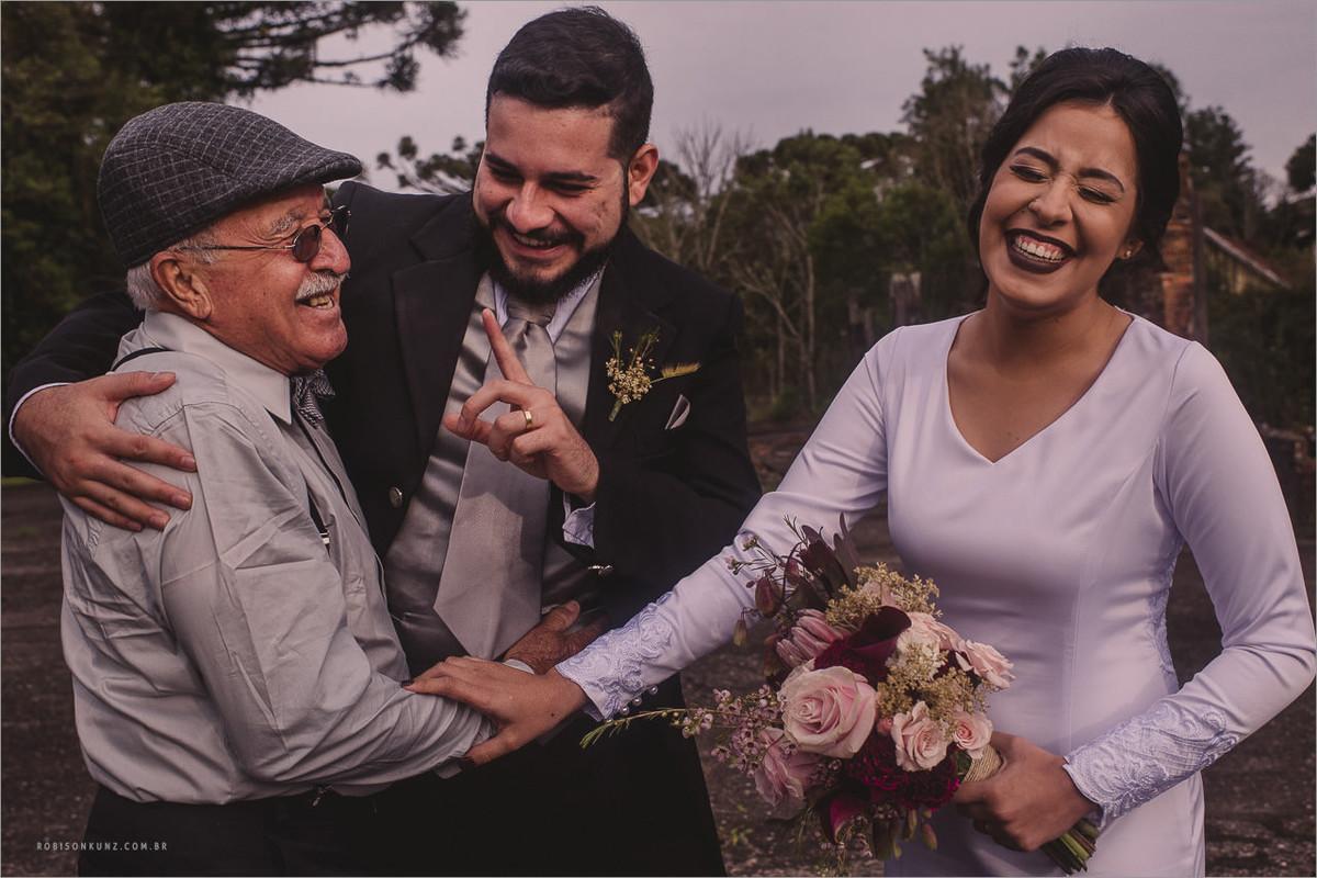 vo da noiva sorrindo com os noivos