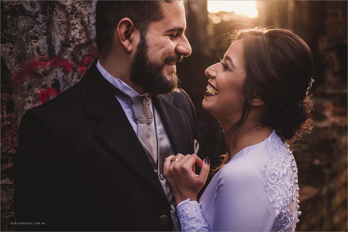 foto no por do sol durante o casamento