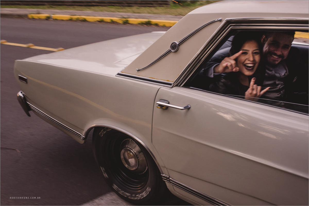 noivos saindo com carro antigo
