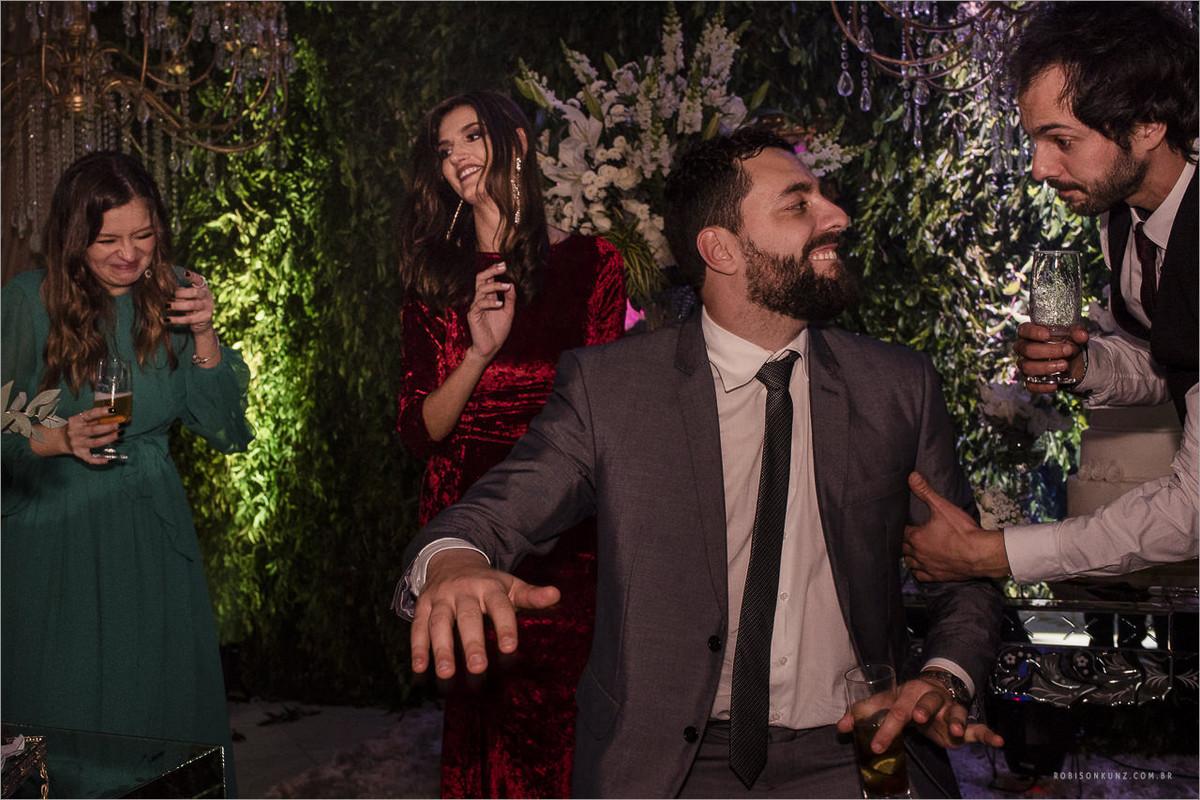 convidados dançando no casamneto