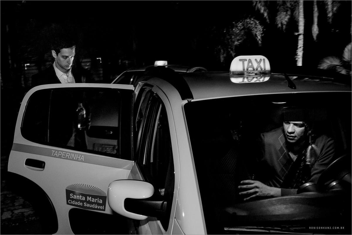 noivos indo embora do casamento de taxi