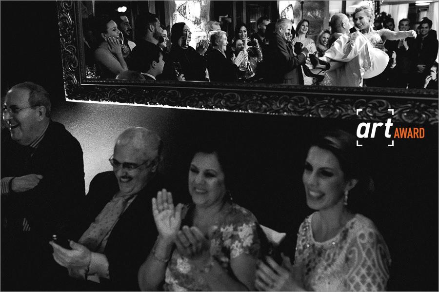 fotos de casamento premiadas pela fineart association - coreografia dos noivos - primeira dança dos noivos durante um casamento na praia do rosa, os noivos danças e os padrinhos aplaudem