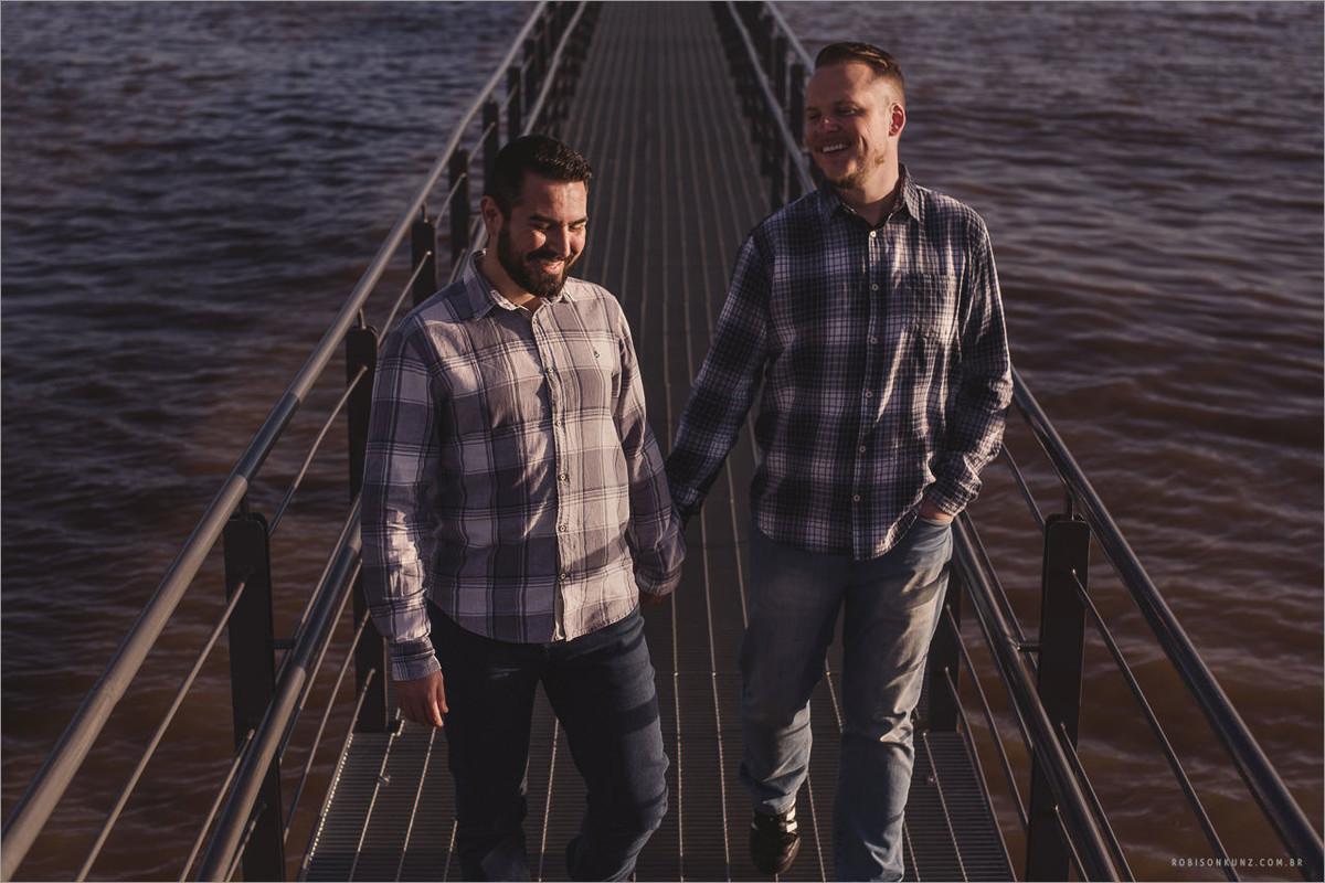 casal gay caminhando no cais maua