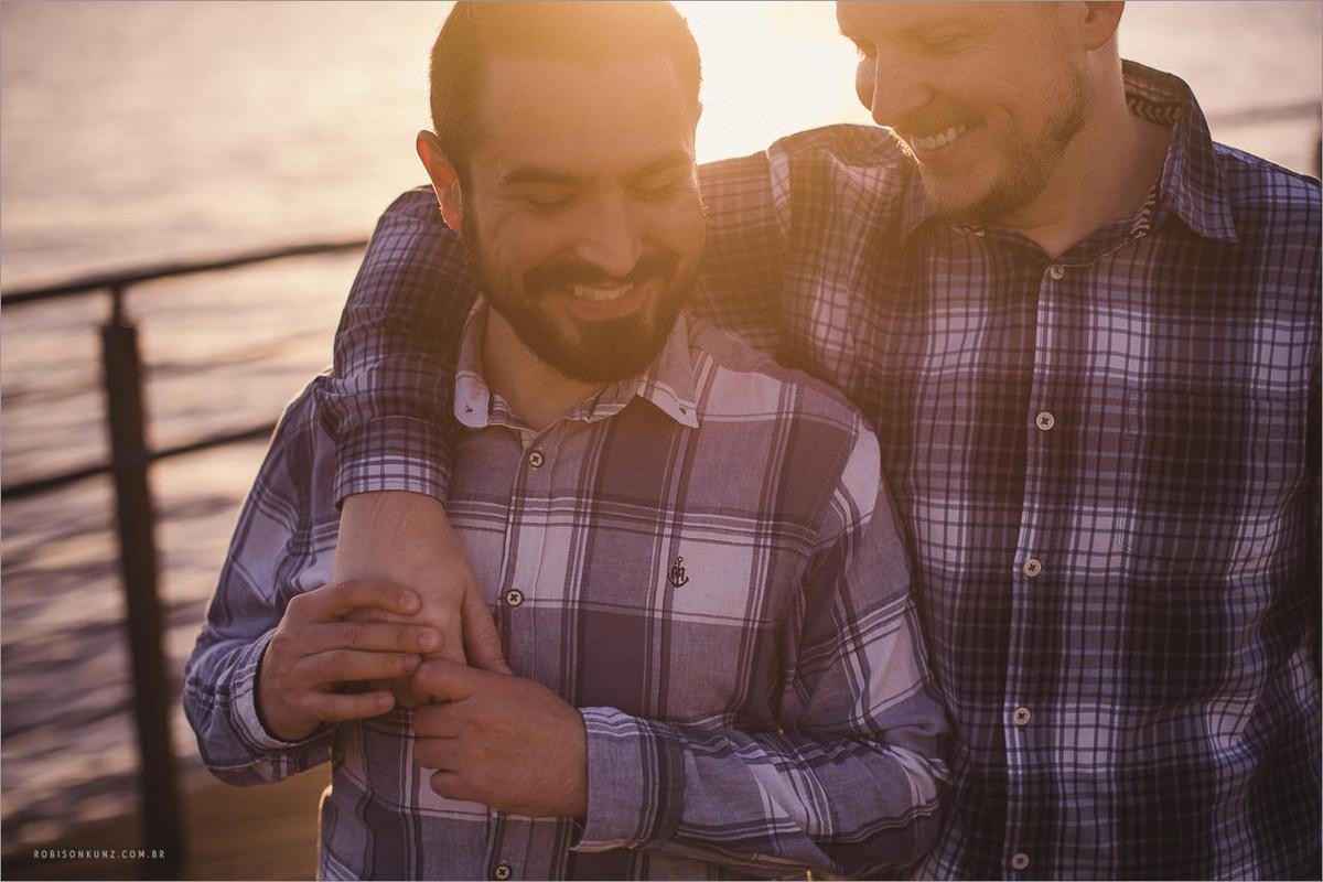 pre-casamento gay no por do sol