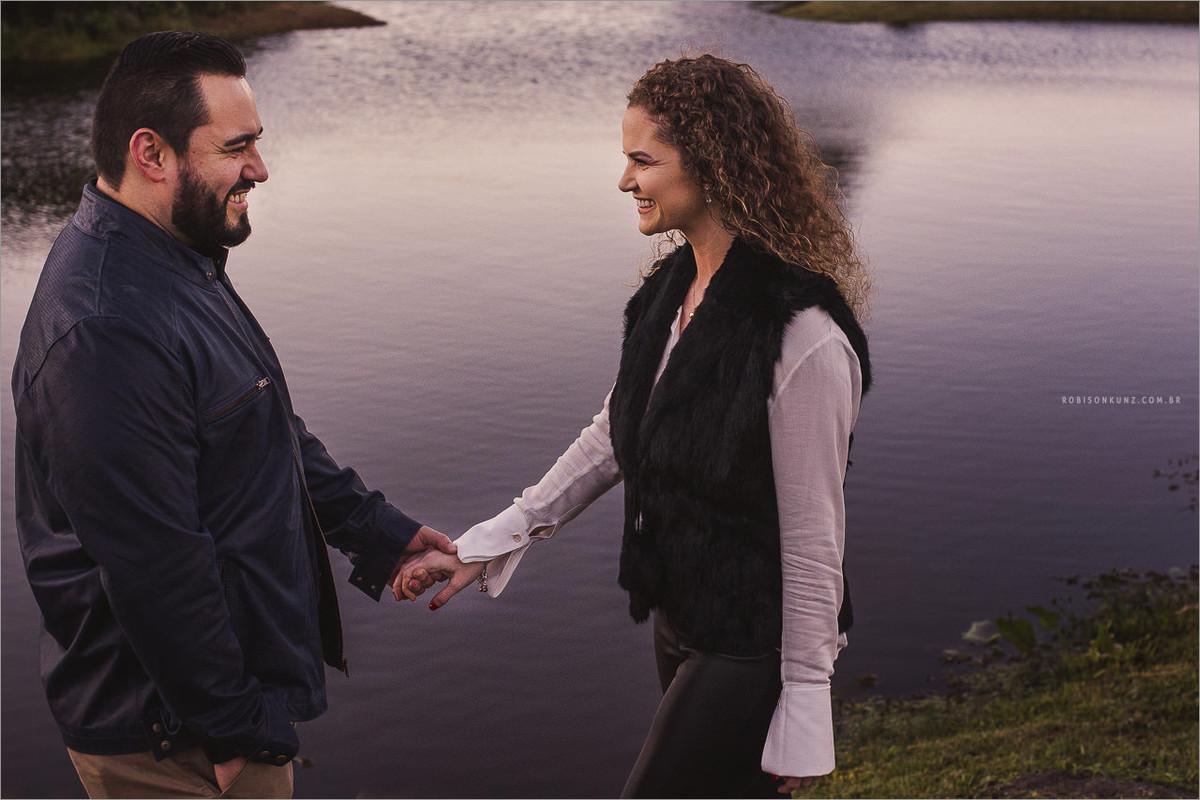 casal na beira do lago no amanhecer