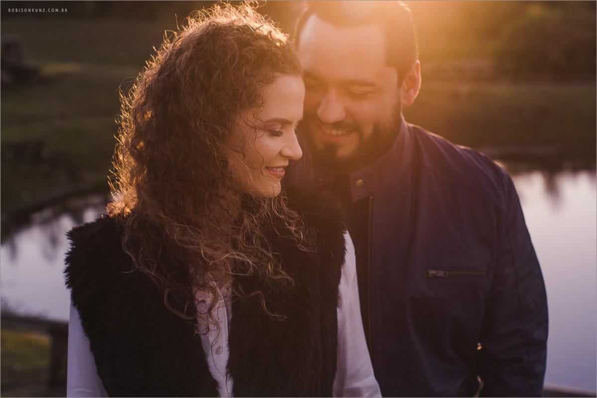 foto diferentes de casal no amanhecer