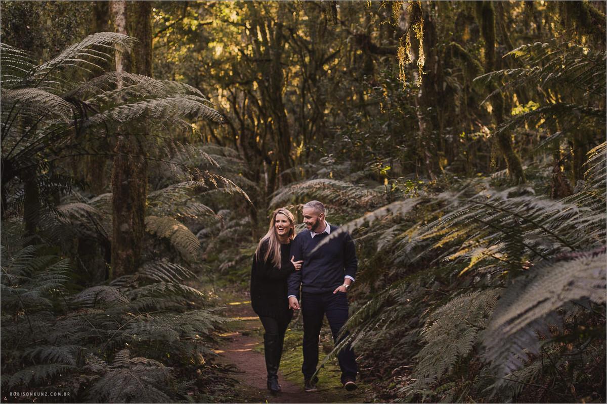 casal caminhando na floresta