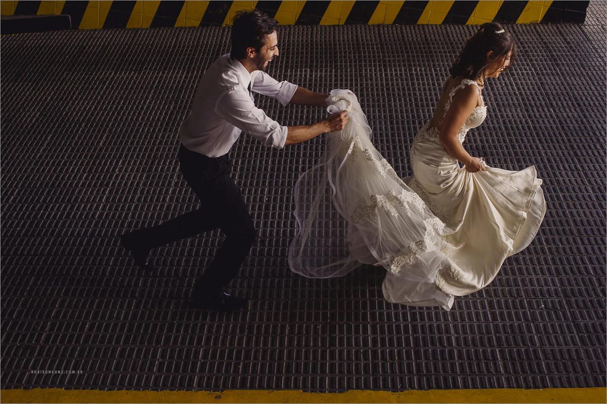 foto de noivos correndo no estacionamento - foto diferente de noivos em sp