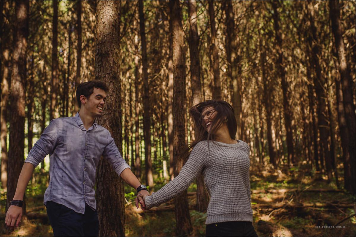 fotos do casal correndo durante aula de fotografia
