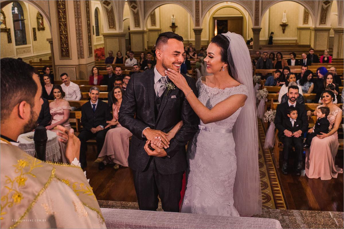 noivos sorrindo na igreja piedade