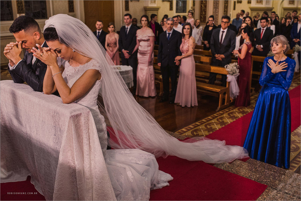 mae abençoando a noiva