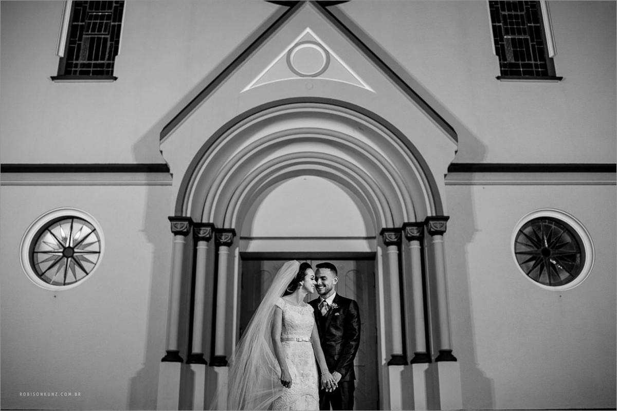 foto dos noivos na igreja piedadeq