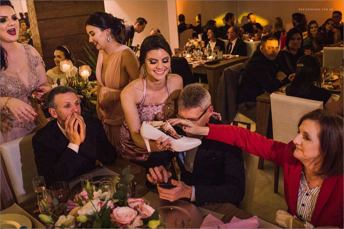 madrinhas passando sapato da noiva