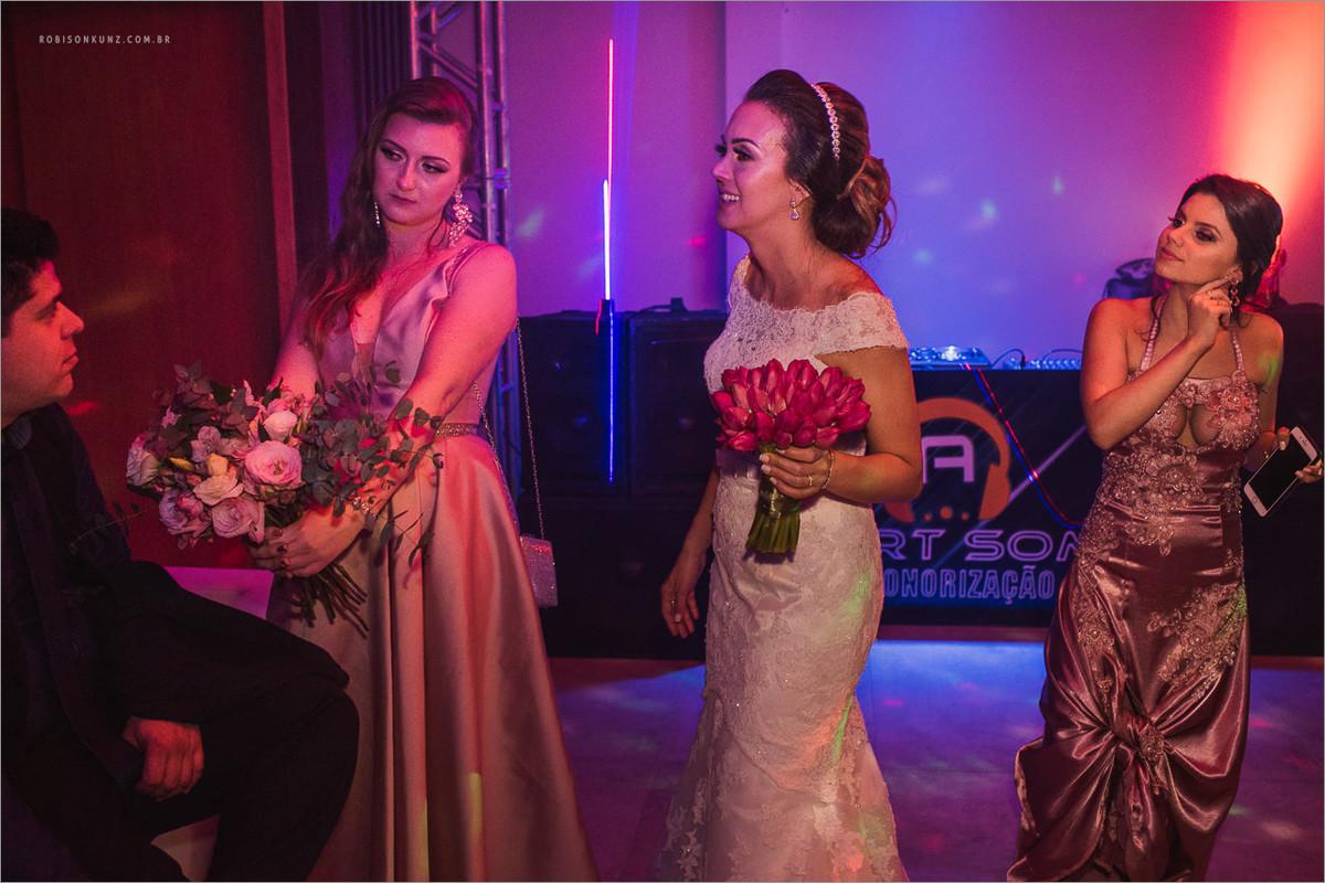 noiva e convidados indo embora do casamento